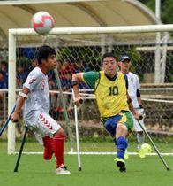 堅い守りからボールをクリアする松茂良ジアス・エンヒッキ(右)=15日、八重瀬町の東風平運動公園サッカー場(新里圭蔵撮影)