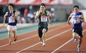 男子100メートル決勝 10秒05で優勝した山県亮太(中央)=維新みらいふスタジアム