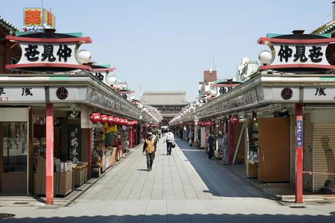 外出自粛要請で人通りの少ない東京・浅草寺の仲見世通り=4日午前