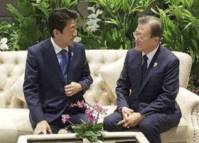 バンコク郊外で会話を交わす安倍首相(左)と韓国の文在寅大統領=11月4日、韓国大統領府提供