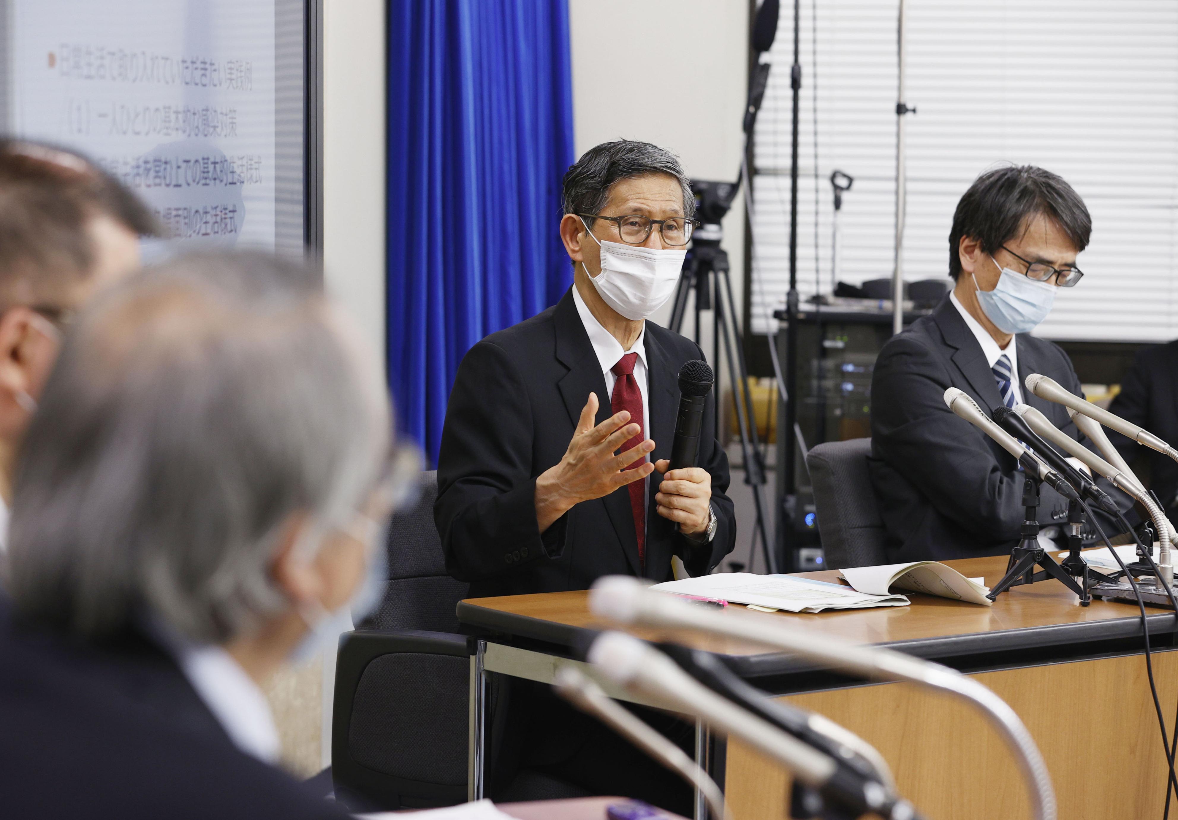 記者会見する新型コロナウイルス感染症対策専門家会議の(右から)脇田隆字座長、尾身茂副座長=4日夜、厚労省