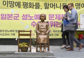 ソウルの日本大使館前にある従軍慰安婦問題の少女像=19日(共同)