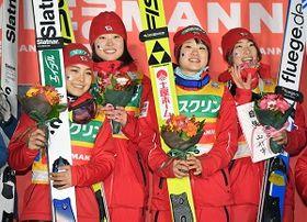 女子団体で優勝し、表彰式で笑顔を見せる(左から)高梨沙羅、勢藤優花、伊藤有希、岩渕香里の日本チーム