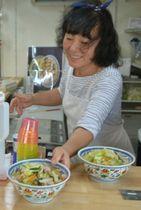 自慢の海鮮ちゃんぽんを提供する店主の山田寿寿子さん