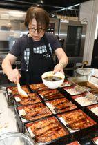 伝統のタレを絡ませ、香ばしい匂いを漂わせるうな重=19日、奥州市江刺中町の新茶家