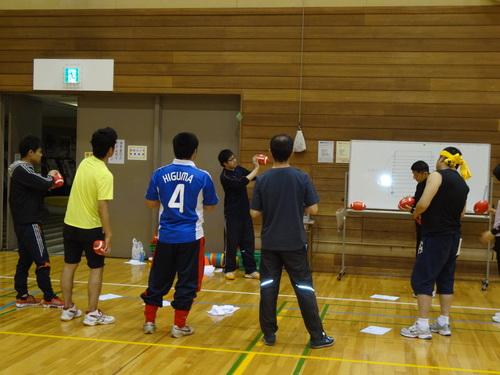 ボールの持ち方や基本ルールの説明を受ける「フラッグフットタイム」の参加者たち=写真提供:金沢SC
