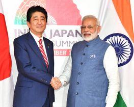 インドのモディ首相(右)との会談を前に握手する安倍首相=14日、インド・ガンディナガル(代表撮影・共同)