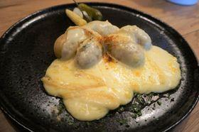 スイス料理「ラクレット」は熱々で食べるのが一番。だから、秋冬に好まれる=岩澤里美撮影