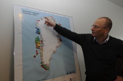 鉱区の説明をするグリーンランド自治政府の鉱物石油省副大臣