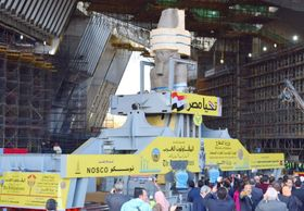 エジプト・ギザに建設中の大エジプト博物館に運び込まれたラムセス2世の巨像=2018年1月(共同)