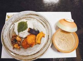 「高萩 萩の茶屋」の新メニュー「豚パン」「ハムステーキ」などを紹介する五浦ハムの小泉重信社長=高萩市で