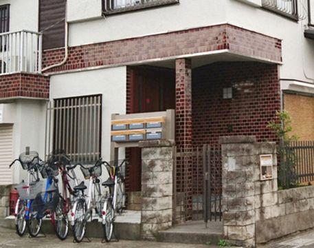 角田正和が働いていた「全国回復センター」の施設。ひきこもりの人が集団生活をし、郵便受けは粘着テープで目張りされている。