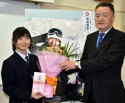 鈴木正敏代表から花束や支援金を受け取る岩渕麗楽選手(左)