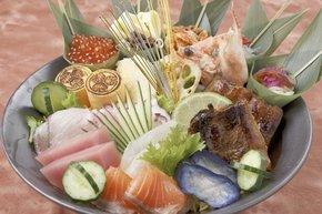 ウナギやシラス、海鮮類を豪快に盛り付けた「浜松出世パワー丼」
