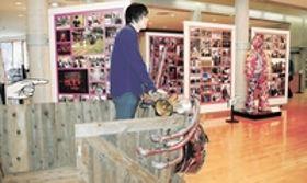 <幻想市街劇>写真で全貌振り返る 寺山修司記念館で企画展