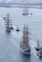 「長崎帆船まつり」が始まり、長崎港に入港する帆船=18日午後、長崎市(共同通信社ヘリから)