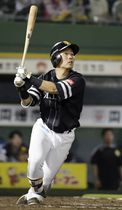 10回ソフトバンク2死一塁、右越え2ランを放つ中村晃。ファウルの判定が工藤監督のリクエストで覆った=22日、ほっともっと神戸