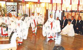 放生津八幡宮で豊栄の舞を奉納する児童