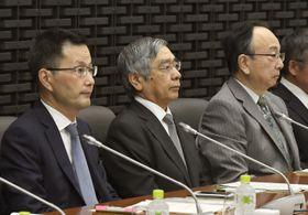 日銀本店で開かれた支店長会議に臨む黒田総裁(中央)=15日午前