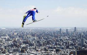 スキーの宮様国際大会ラージヒル女子で、ジャンプ台から札幌市街へ向かって飛び出す伊藤有希=2017年3月、大倉山