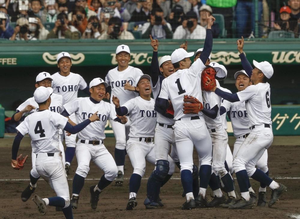 第91回選抜高校野球大会で習志野を破り30年ぶり、単独最多の5度目の優勝を果たし喜ぶ石川(1)ら東邦ナイン=3日、甲子園球場