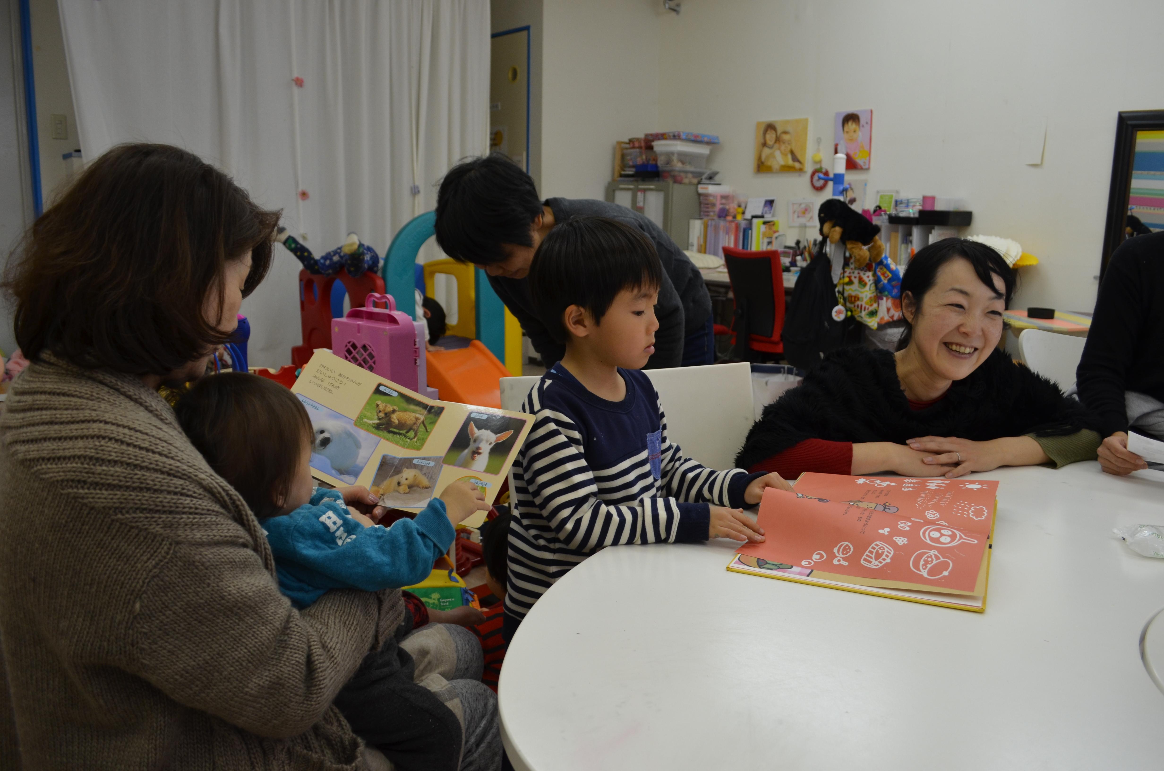 ショッピングセンターにある「にこりこ」には、買い物ついでに親子連れが立ち寄る=千葉市