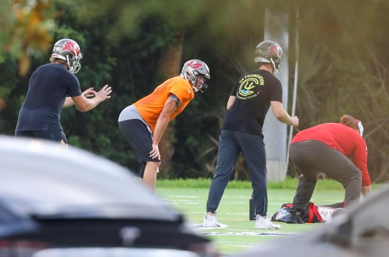 バッカニアーズのチームメートと練習するQBトム・ブレイディ(左端)(AP=共同)