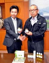 エゴマ風味のミルクジャムを手にPRする村田常務理事(左)と島田会長