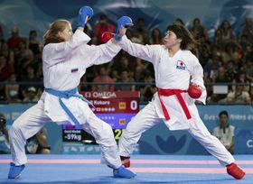 空手の組手女子59キロ級決勝でロシア選手と対戦する坂地心(右)=ブエノスアイレス(OIS提供・共同)