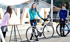 オンラインツアーで来島海峡大橋を中心にした自転車旅の魅力を伝える道端カレンさん(中央)と兵頭葵さん(右)