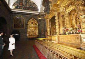 ペルーのクスコ中心部にある大聖堂を見学される眞子さま=14日(共同)