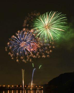 夜空を彩った1万発の花火=相模原市中央区水郷田名(同市提供)