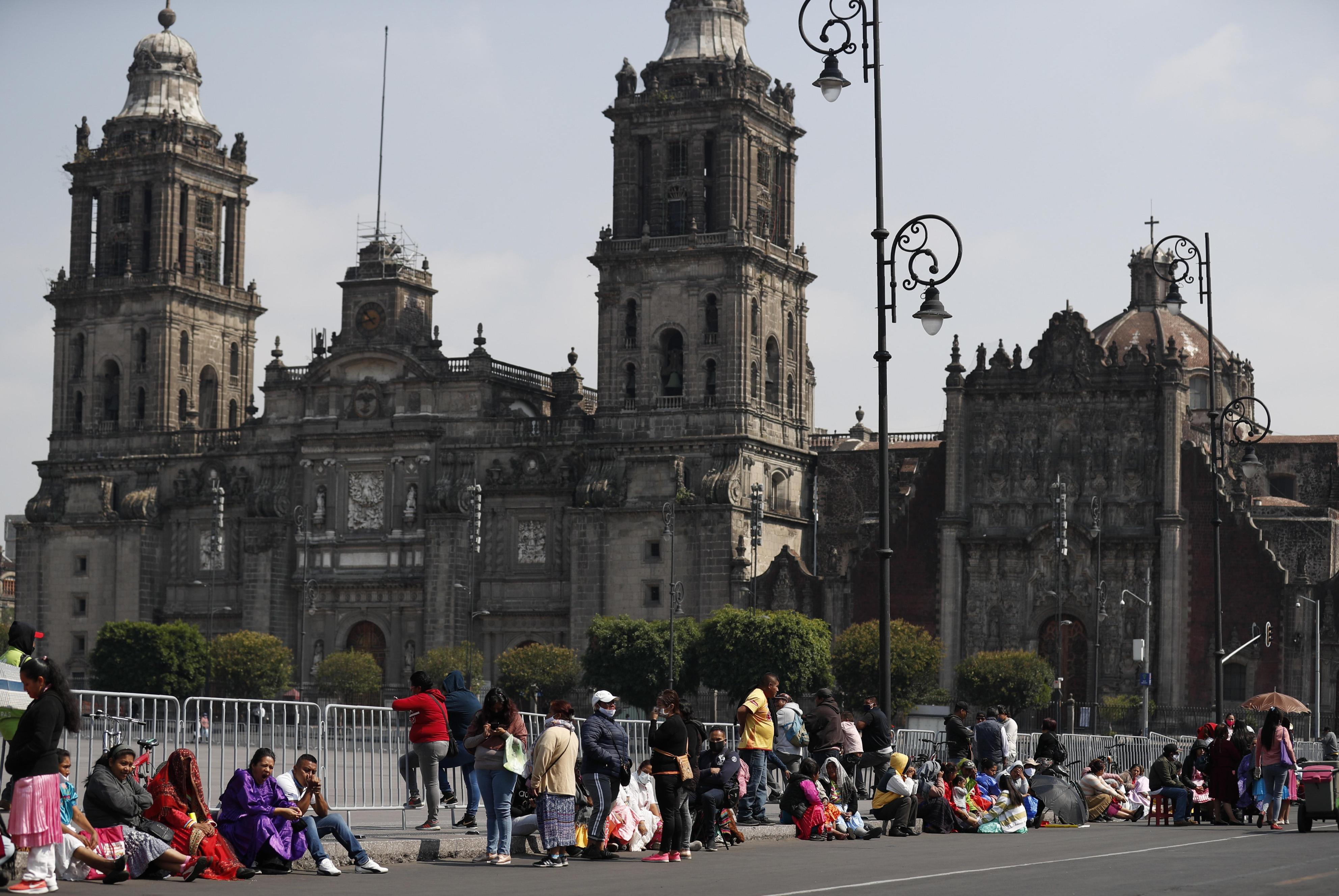 11日、メキシコ市で政府に支援を求める人々(AP=共同)