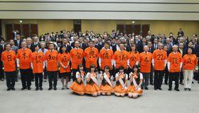 日本認知症官民協議会を構成する団体・機関の関係者ら=22日午後、厚労省