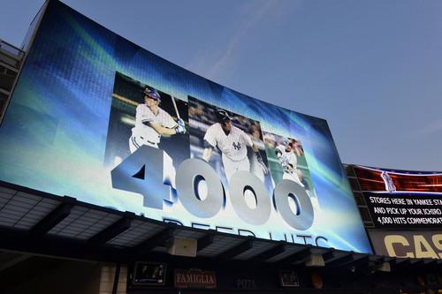 ヤンキースのイチローが日米通算4千安打を達成したことを伝える球場の大型スクリーン=8月22日、ヤンキースタジアム