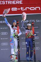同タイムで優勝したイタリアのブリニョネ(右)とスロバキアのブルホバ(AP=共同)