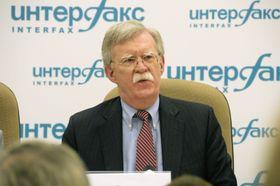 23日、モスクワで記者会見する米国のボルトン大統領補佐官(共同)