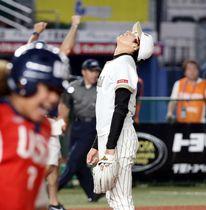 米国-日本 延長十回、サヨナラ打を浴び天を仰ぐ日本の上野投手=12日、千葉市美浜区のZOZOマリンスタジアム