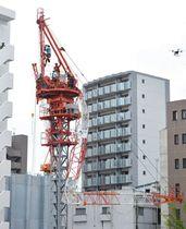 折れたクレーンに作業員が挟まれた事故現場=16日午前11時56分、名古屋市中区新栄1で