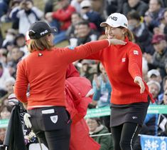 団体対抗戦で優勝し、抱き合う渋野日向子(右)と鈴木愛=グリッサンドGC