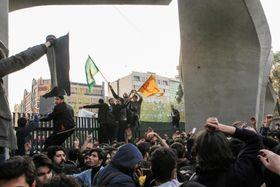 テヘランでのデモの様子=2017年12月30日(ゲッティ=共同)