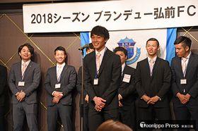 シーズン前に意気込みを語る新メンバーの山本(中央)