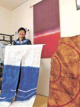 「無念と怒り」(上)、「分断の線」(手前右)、「海よ」。避難後の思い入れが深い3作品と江川さん=8日、栃木県那須塩原市