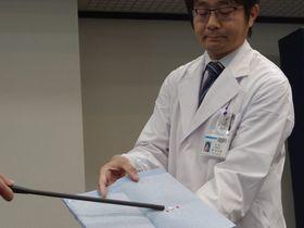 微小な肺がんの位置を特定するために京都大などのグループが開発したシステム。棒状のセンサーでミリ単位のチップからの信号を検知する(京都市左京区・京大医学部付属病院)