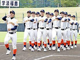 行進する8年ぶり出場の学法福島ナイン=盛岡市、岩手県営球場