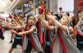 2年ぶりに開催された「うわじま牛鬼まつり」で、踊りを披露する子どもたち=22日午後、愛媛県宇和島市
