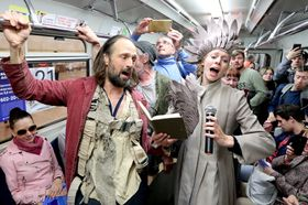「シアター・オリンピックス」開幕を前に地下鉄車内でパフォーマンスを行うオランダの劇団=14日、ロシア・サンクトペテルブルク(タス=共同)