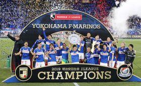 サッカーJ1で15年ぶり4度目の優勝を果たし、喜ぶ横浜Mイレブン=7日、横浜市の日産スタジアム
