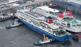大阪南港に戻った「フェリーふくおか2」=19日午後、大阪市(共同通信社ヘリから)