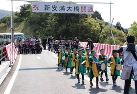 開通を祝い渡り初めをする園児ら=長崎県平戸市深川町